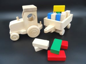 Puidust mänguasi Traktor käruga1